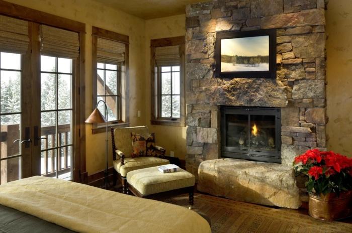 kleines Wohnzimmer mit einer bequemen Leseecke neben dem Kamin mit Wandverblender aus Stein