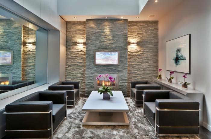 vier Sessel und ein Couchtisch, indirekte Beleuchtung - ein weißer Wandverblender