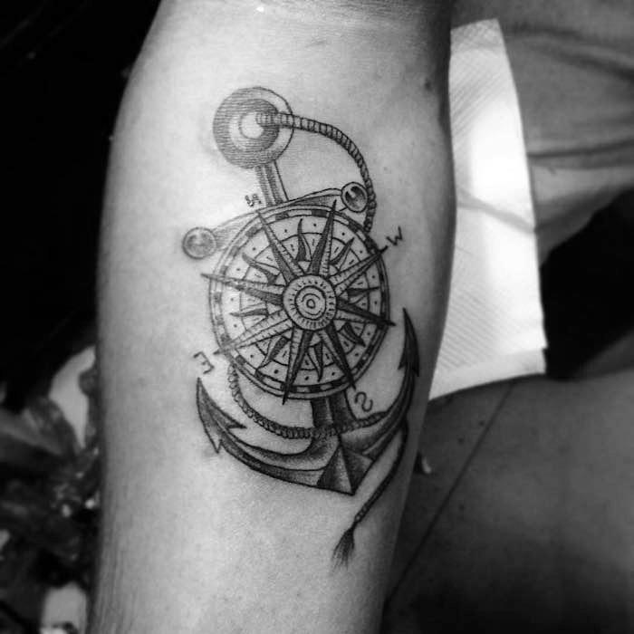 tattoo erinnerung, anker in kombination mit kompass, schwarz-graue tätowierung