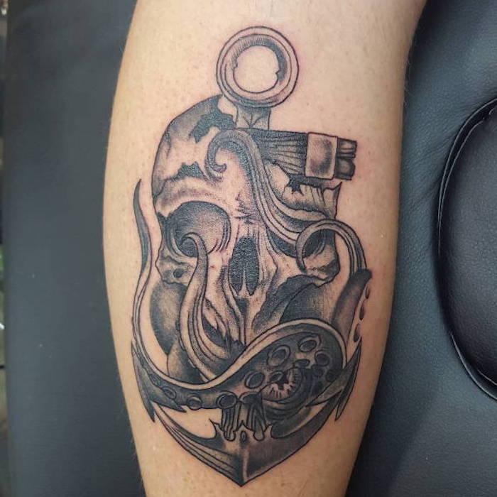 symbol anker mit schädel und tintefisch, bein tattoo in schwarz und grau