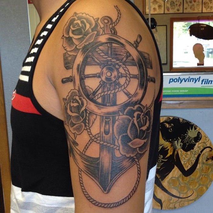 tattoo erinnerung, große schwarz-graue tätowierung mit maritimen-motiven