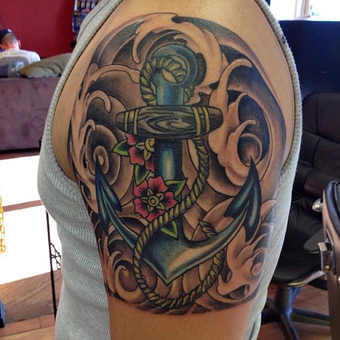 tattoo erinnerung, anker mit wasserwellen als hintergrund, männer tattoos