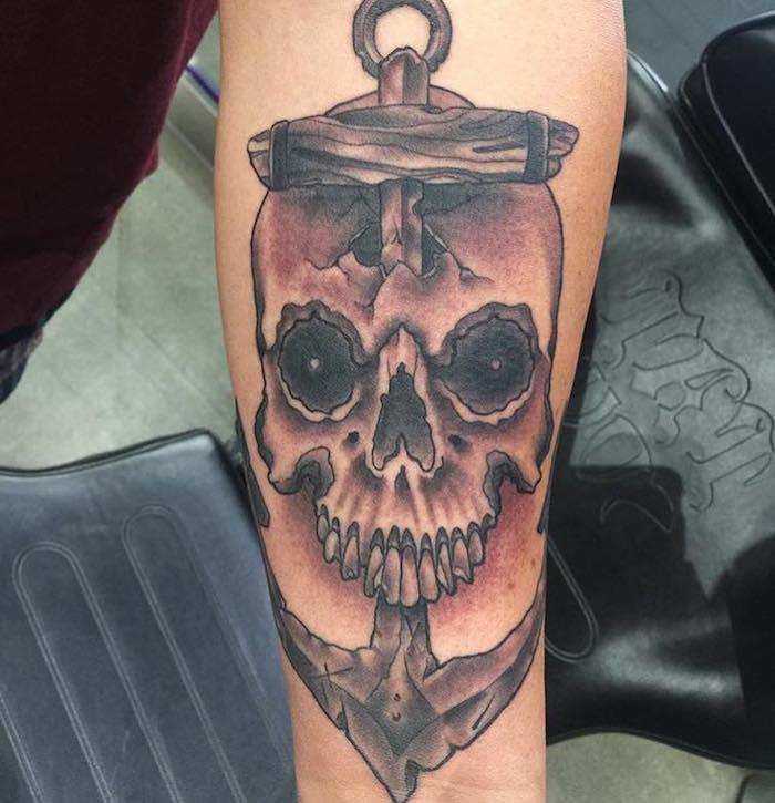 symbol anker mit totenkopf, realistische 3d-tätowierung am arm