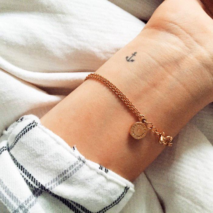 tattoo erinnerung, kleine tattoo-motive für frauen, goldener armreifen