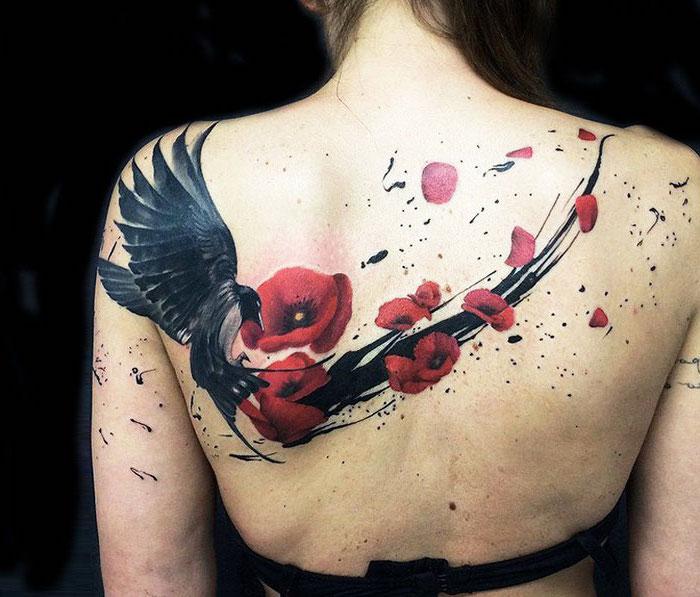tattoo freiheit, frau mit großer tätowierung am rücken, vogel mit roten blumen