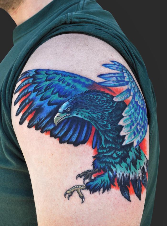 tattoo freiheit, große farbige tätowierung, blauer adler am oberarm