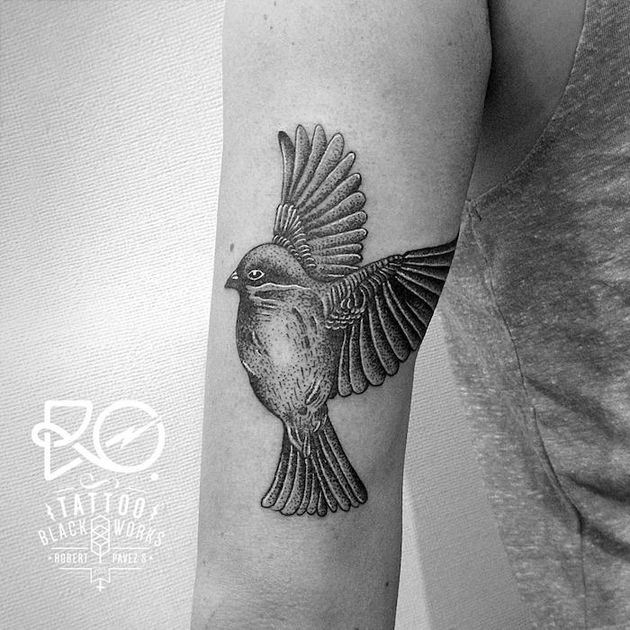 tattoo freiheit, schwarz-graue tätowierung mit vogel-motiv
