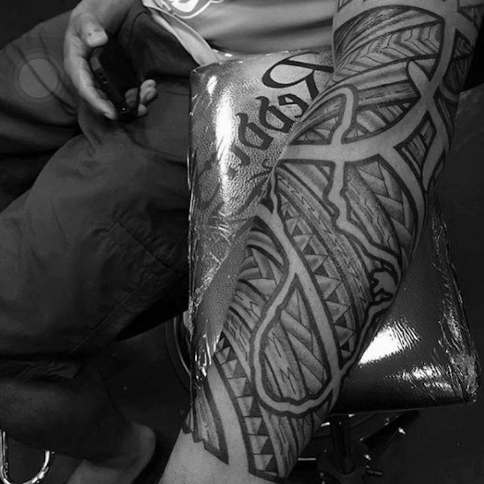 tattoo muster, große polynesiche tätowierung am arm, männer tattoos