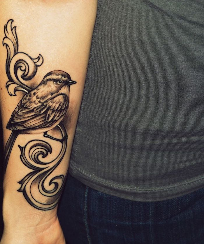 tattoo unterarm, große schwarz-graue tätowierung, vogel am zweig