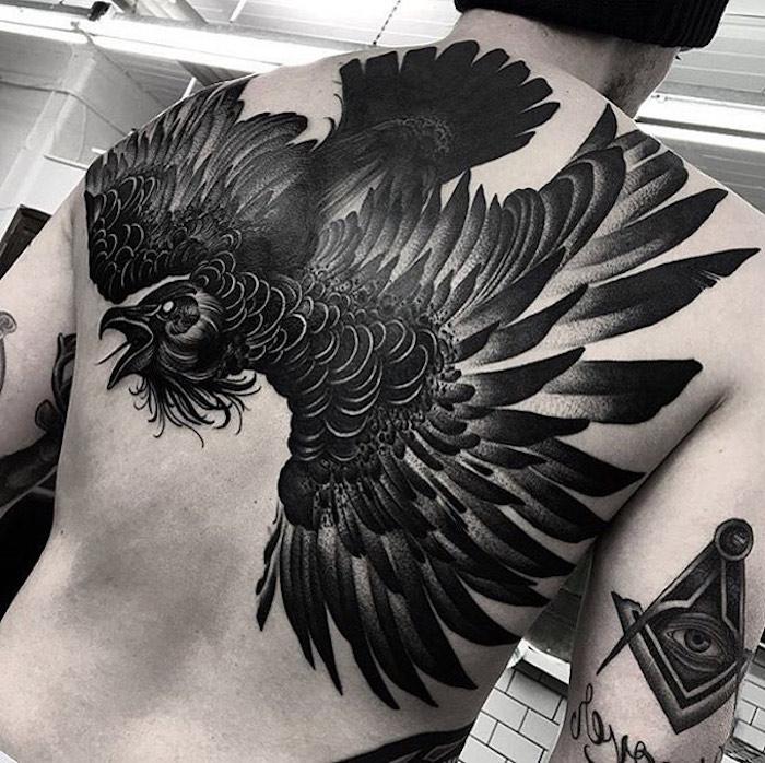 tattoo vogel, großer schwarzer vogel am rücken, mann