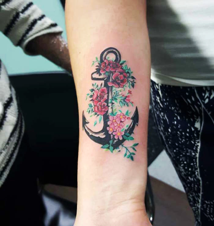 tattoovorlagen für frauen, anker mit roten blumen am arm
