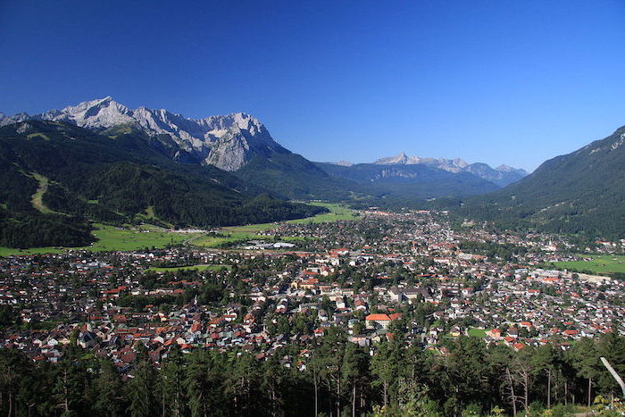 top reiseziele zum besuchen in den deutschen bergen gebirge aussicht zum faszinieren und genießen die stadt von oben gesehen