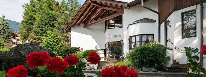 top reiseziele garmisch partenkirchen kleine stadt in den bergen schönheit liebevolle natur rote blumen ein gemütliches haus von außen fotografiert