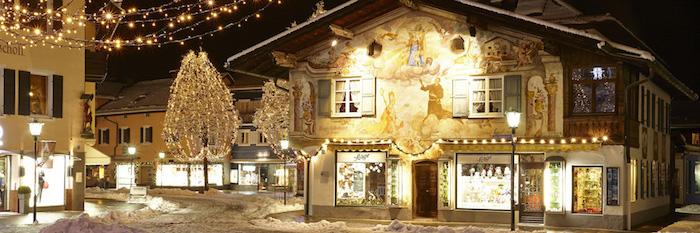 top reiseziele zum genießen in deutschland ein haus das bemalt wird schön beleuchtet winterzeit bezauberndes flair gebirgegebiet