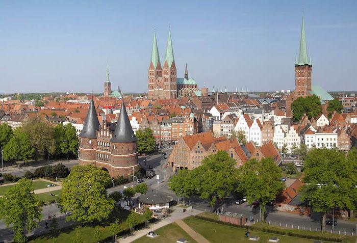 top urlaubsziele zum besuchen im norden deutschlands historische gebäude zum genießen und besuchen straßen bäume architektur hansestadt eine reiche stadt handel mittelalterliche stadt