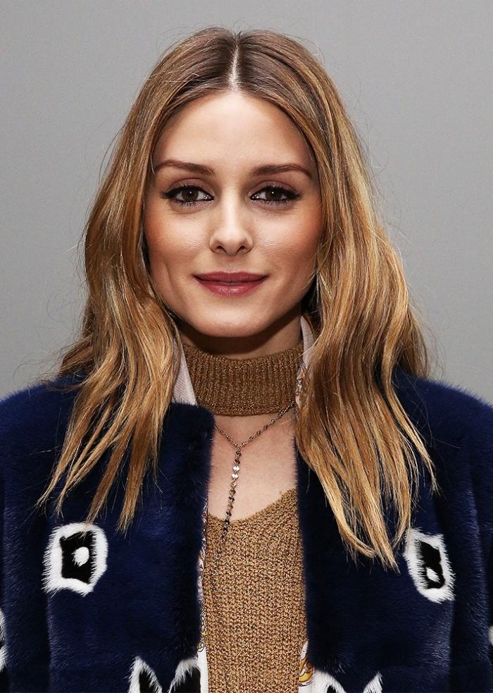 trandige frisuren 2019 mittellang, honigfarbene highlights, haarfrisur mit mittelscheitel