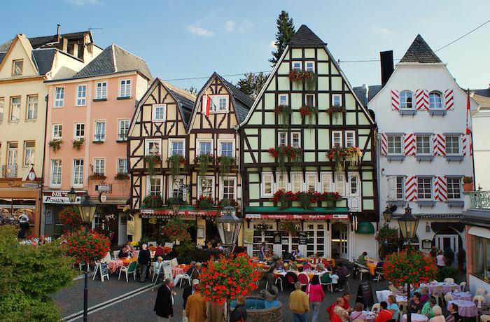 beliebte urlaubsziele in deutschland schönes zentrum von linz am rhein fachwerkhaus typisch für die kleinen städten in deutschland grün gelb orange bunte architektur