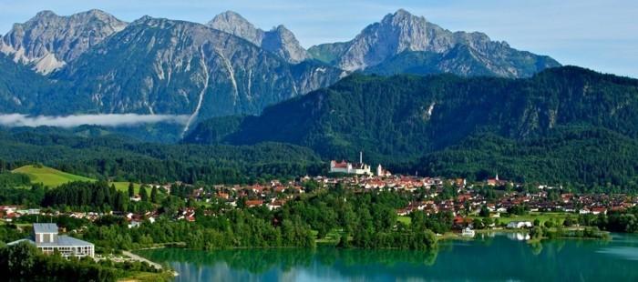 urlaubsziele deutschland füssen aussicht berge gebirge häuser unten see schöne naturbilder von deutschland