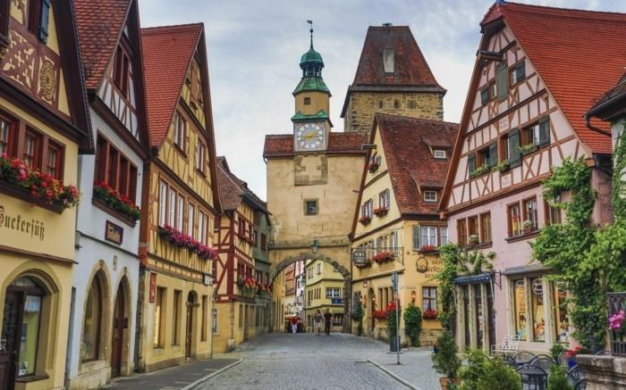 beliebte urlaubsziele in deutschland schöne häuser in füssen architektur von den alten zeiten typisch deutsche kleine städte uhrturm fachwerkhaus fachwerkhäuder blumen straße gasse