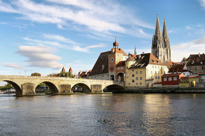 urlaubsorte top 10 in europa und deutschland regensburg eine kleine perle im deutschsprachigen raum alte brücke über dem fluss