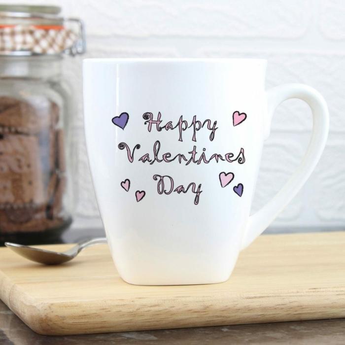 """Weiße Tasse mit Aufschrift """"Happy Valentines Day"""", Geschenkideen zum Valentinstag für jeden Geschmack"""
