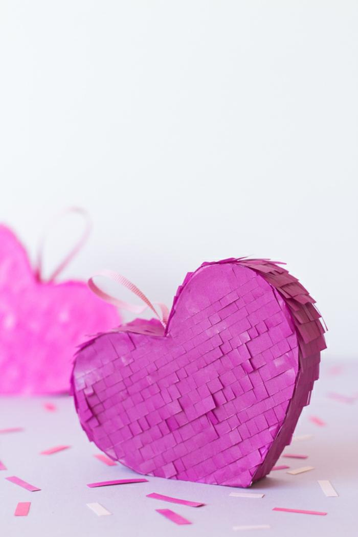 Violettes Pinata Herz voll mit Süßigkeiten, romantische Überraschung zum Valentinstag für ihn