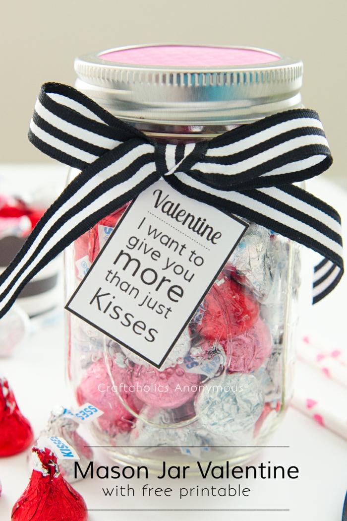 Einmachglas voll mit Pralinen, mit Schleife und Anhänger verziert, süße Überraschung zum Valentinstag