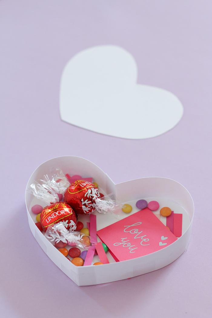 kleiner box selber machen valentinstag karte daran hängen und schön unterschreiben lindor pralinen