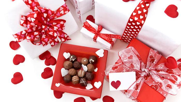 ausgefallene geschenkideen zum selber machen praline geschenkidee in schöner verpackung rot rosa