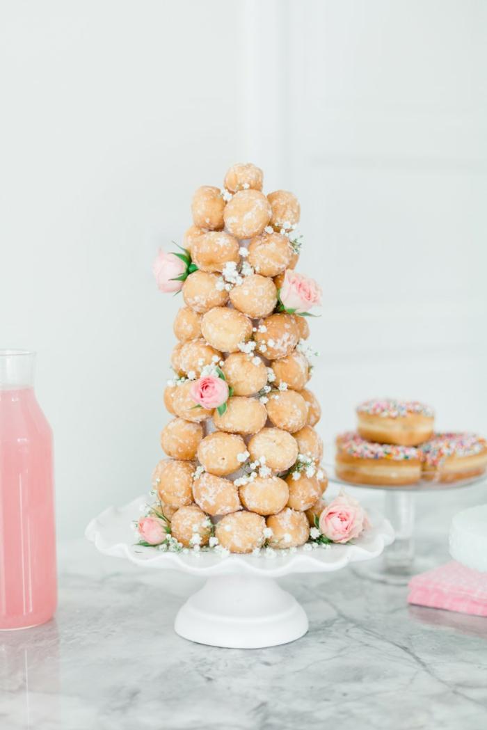 Turm aus Windbeuteln selber machen, mit Rosen verziert, kulinarische Überraschung zum Valentinstag