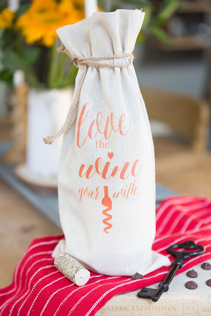 Weinflasche in Säckchen, DIY Idee für Valentinstagsgeschenk für Männer, Rotwein zum Valentinstag schenken