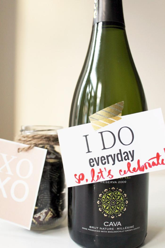 Weinflasche mit Anhänger zum Valentinstag schenken, tolle Geschenkidee für Männer, jeden Tag ein Grund zum Feiern