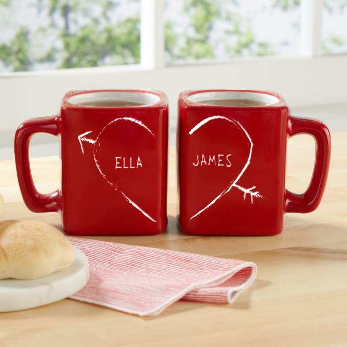 Zwei rote Tassen mit Namen, Geschenkidee für verliebte Paare zum Valentinstag, geteiltes Herz