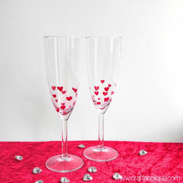 Weingläser selbst verzieren, kleine Herzen mit rotem Nagellack aufzeichnen, schöne Geschenkidee zum Valentinstag