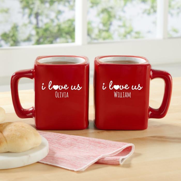 Zwei Rote Tassen Mit Aufschriften, Ich Liebe Uns, Geschenkidee Für  Verliebte Paare Zum Valentinstag