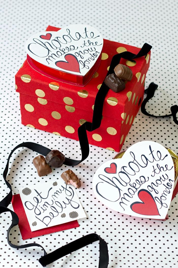 Schachtel voll mit Süßigkeiten, Geschenk zum Valentinstag für Menschen mit feinem Geschmack