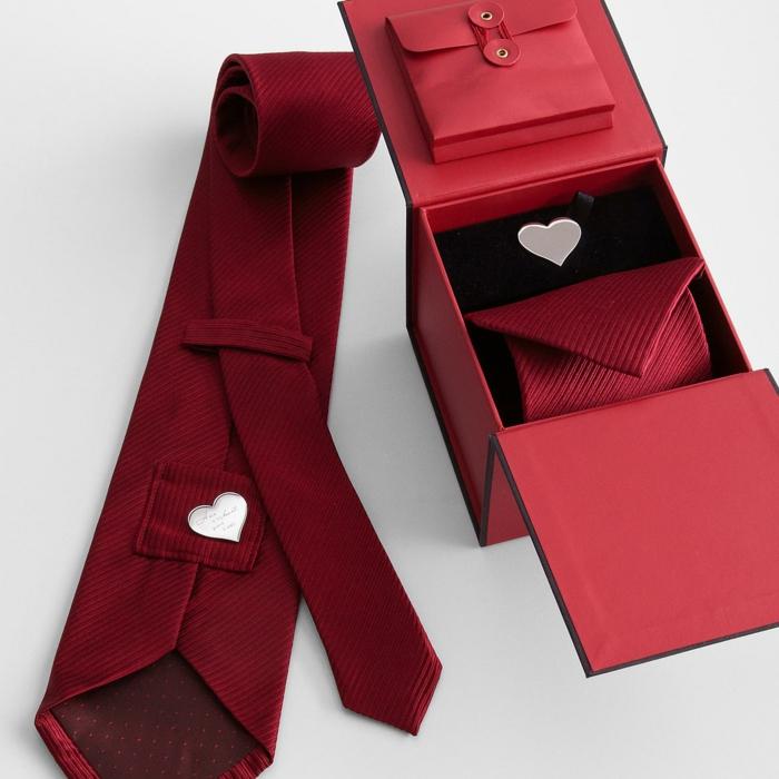 Rote Krawatte mit Herz-Krawattennagel, romantische Geschenkidee zum Valentinstag für ihn
