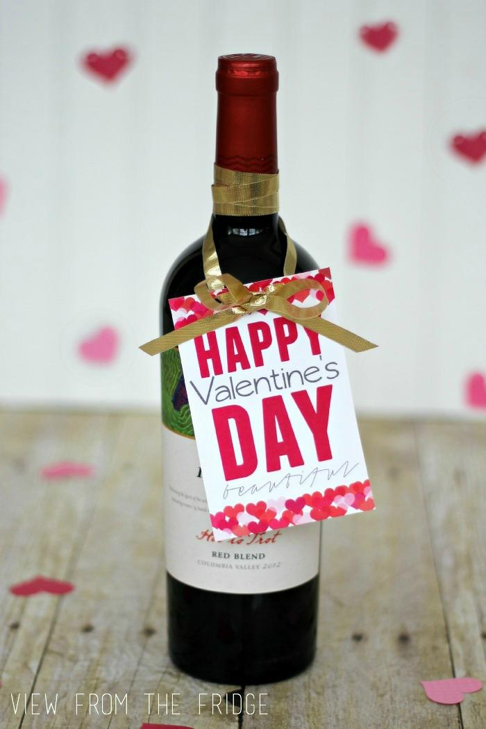 Weinflasche mit Anhänger und Schleife, Geschenkidee zum Valentinstag zum Nachmachen, Geschenk für ihn