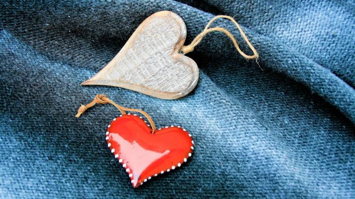 kleine Valentinsgeschenke, Hintergrundbilder Liebe - zwei kleine Herzchen in weißer und roter Farbe