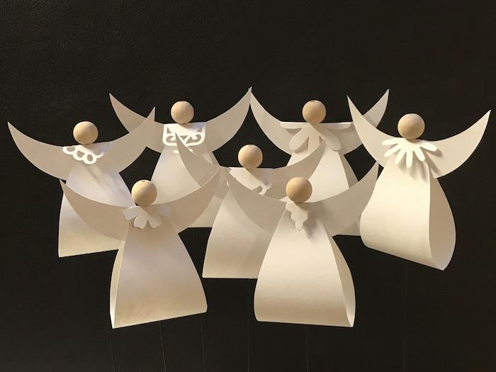 sieben kleine diy weiße engel mit weißen flügeln - engel aus papier basteln