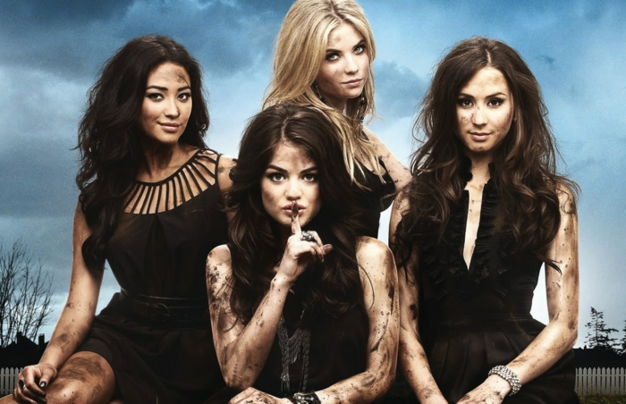 vier Mädchen mit schwarzen Kleider - geheimnisvolles Fasching Motto