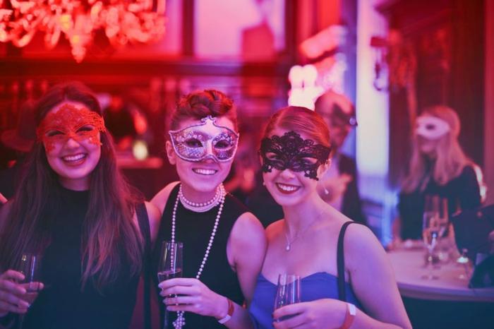 Fasching Motto von einer vintage Party, drei hübsche Frauen mit Augenmasken