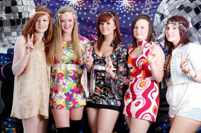 ein Disko Party - Fasching Motive von fünf Freudinnen mit eleganten Kleidern