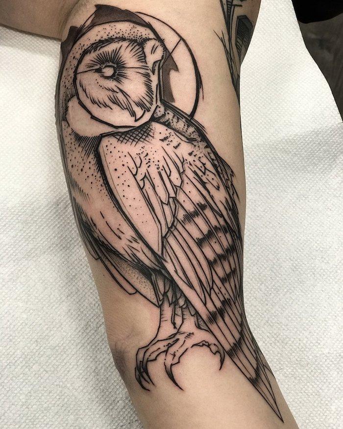 großes vogel tattoo am oberarm, tötowierung mit eulen-motiv