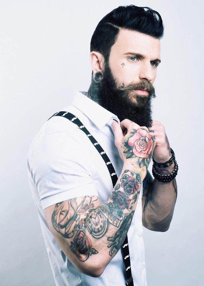 bartformen mittellanger schwarzer bart bunte tattoos weißes hemd mit kurzen ärmeln hosenträger style ideen outfit