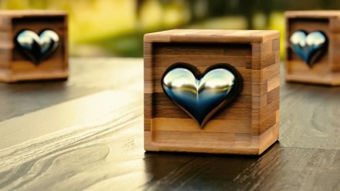 drei Würfel mit gravierten ein Herz aus Metal - Valentinstagsgrüße