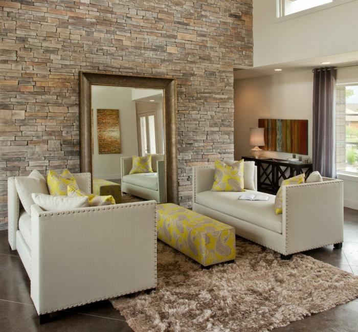 großer Spiegel an einenWandverblender aus Holz gelehnt, gelbe Zimmer Deko