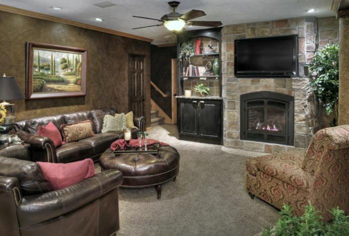 Steinoptik Wand mit Kamin und Fernseher, mit Leder gepolsterten Möbeln