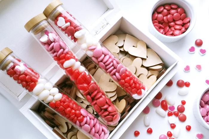 geschenke zum valentinstag süße ideen zum verführen jedes herzens rot rosa weiß kleine flaschen
