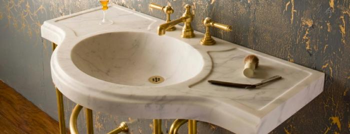 graue Mustertapeten mit goldenen Blumenmotiven, Marmorbecken mit Mtallbeinen abgedeckt mit Gold, Rasierer und Schaumpinsel